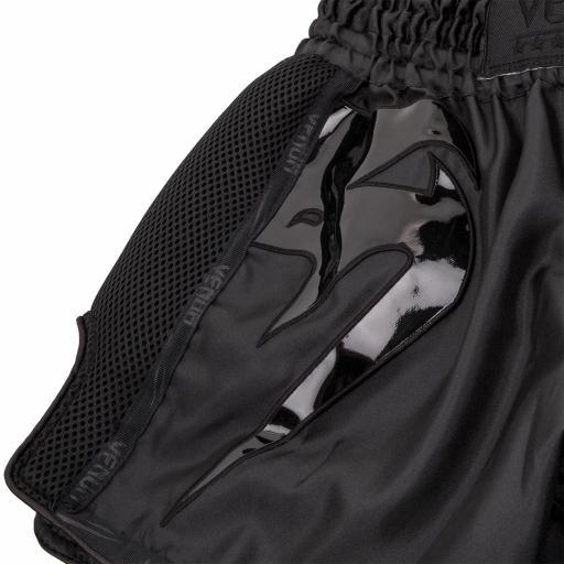 venum-giant-shorts-black-black-[4]-94-p.jpg